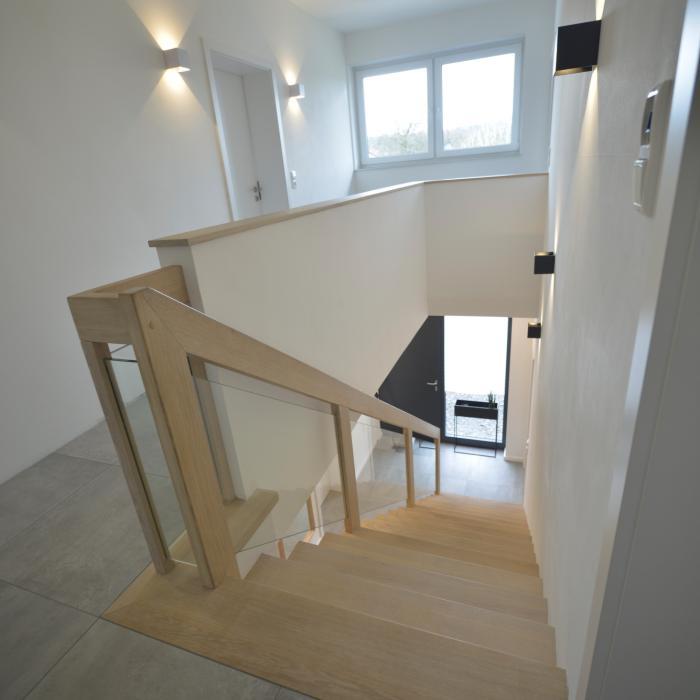 Betontreppe, modern mit Handlauf aus Holz und Glasgeländer