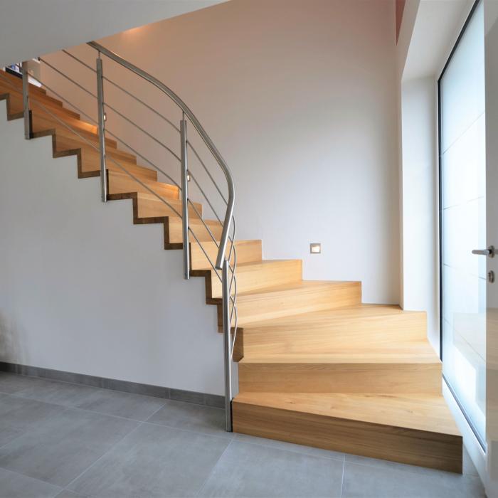Moderne Betontreppe mit Geländer Edelstahl.