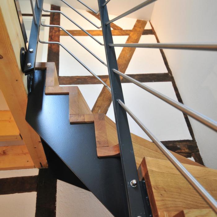 Zeitlose Faltwerktreppe mit Stahlkonstruktion und Edelstahlgeländer