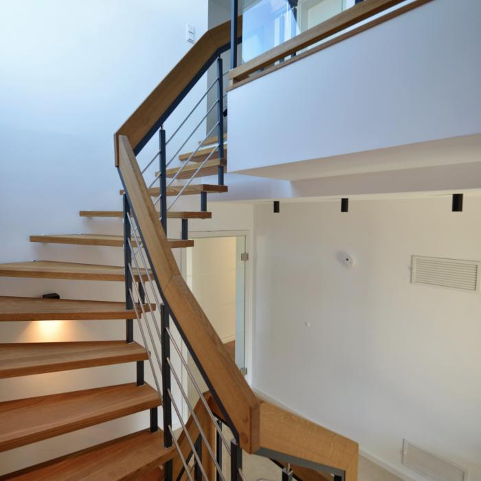 Freitragende Treppe mit Geländer aus Stahl und Edelstahl, Glas und Handlauf aus Holz