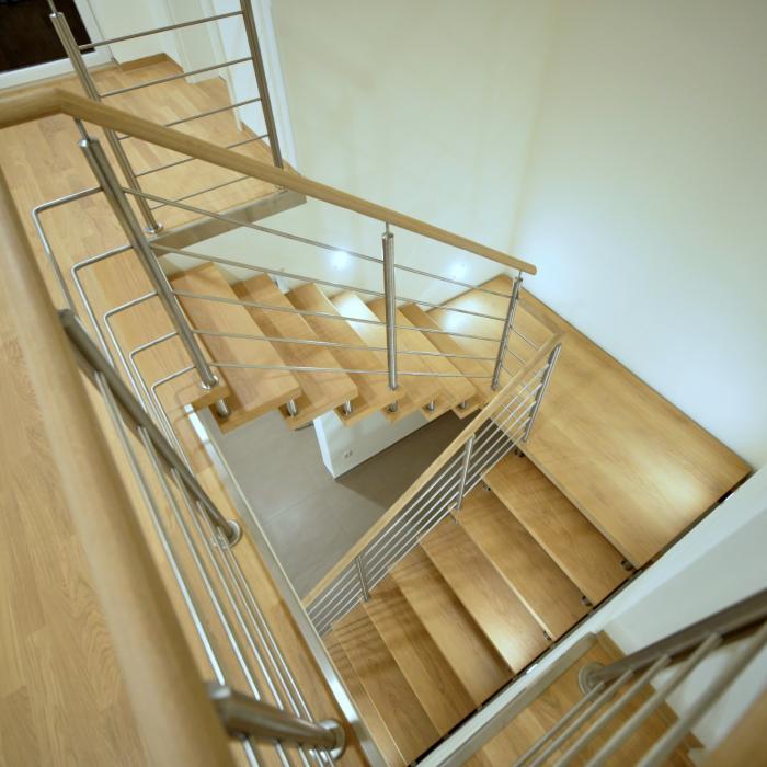 Tragbolzentreppe mit Holzstufen und Holzhandlauf, Geländer in Edelstahl
