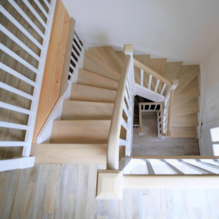 Geschlossene Wangentreppe im Landhausstil, Holz, zum Teil weiß lackiert